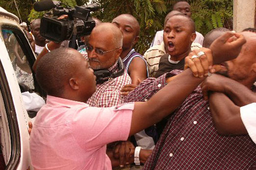 Mob disrupts Kenyan meeting on AIDS