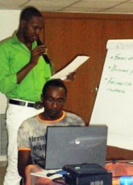 Guillaume Albert Medouma travaille à son ordinnateur représentant CAMFAIDS à la « Formation à la prise en charge globale des hommes ayant des rapports sexuels avec d'autres hommes vivant avec le VIH en Afrique sub-saharienne » (RAF VIH, 2012)