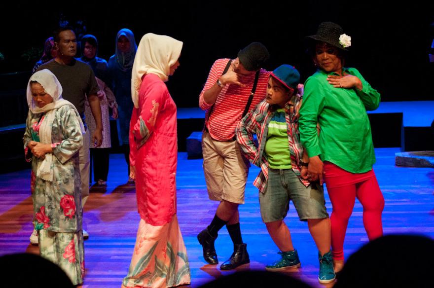 """Scene from anti-gay musical """"Asmara Songsang (Abnormal Desire)"""" (Photo courtesy of Kakiseni blog)"""