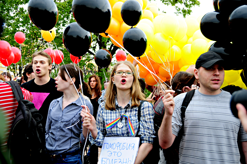 St. Petersburg protesters released rainbow-colored balloons in support of LGBT rights and black balloons to protest violence against gays. (Photo by Olga Wagina)