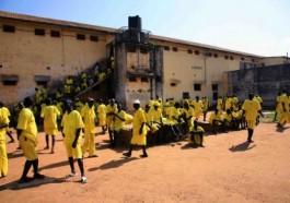 Kim Mukisa et Jackson Mukasa étaient détenus dans la prison de Luzira en Ouganda jusqu'à ce qu'ils soient libérés sous caution en attendant leur procès.
