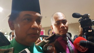 Ghazali Taib faces reporters (Photo courtesy of Malaysiakini)
