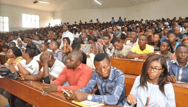 Des étudiants dans une classe à l'L'Université de Yaoundé II. (Photo de Wikipedia)