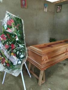 Des gerbes de fleurs sont apposes devant le cercueil lors des funerailles de Lambert LAMBA.